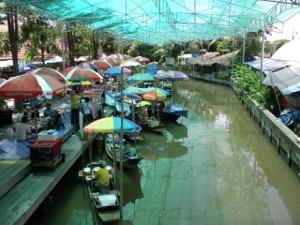 屋根のあるバーンナムプン水上マーケット