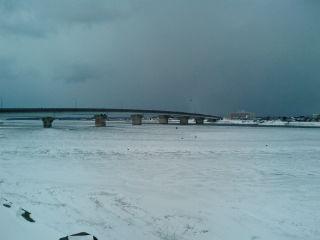 川が凍りました
