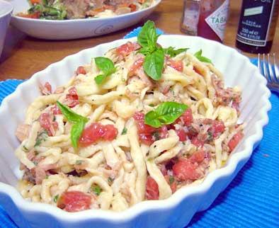 冷製パスタ冷たいトマトとバジルを冷静に食べる