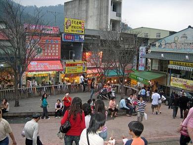 内湾駅前風景