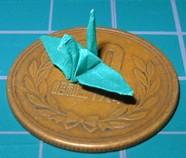2cm四方の紙で折った鶴