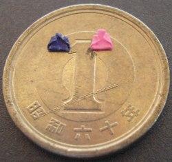 1円玉の上でひな祭り