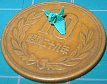 1cm四方の紙で折った鶴