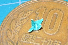 5mm四方の紙で折った鶴のようなもの