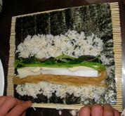巻き寿司を巻いているところ