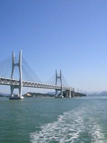 海上から瀬戸大橋を臨む