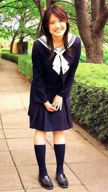制服姿の福田沙紀さん