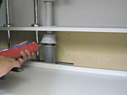 ヤマハキッチン排水管コーキング1