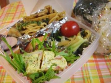 ハート型たまご焼き&中華サラダ弁当(使い捨てランチボックス)