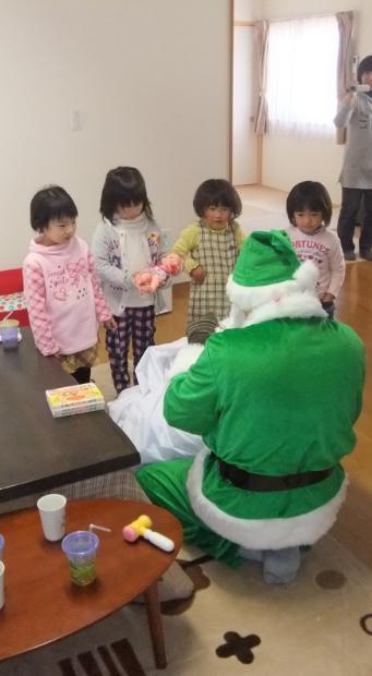 プレゼントが待ち切れずサンタに群がる子供たち.JPG