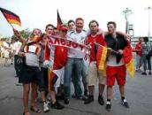 肩を組んでスタジアム入りするドイツ、ポーランド両国のサポーター