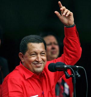12日、ベネズエラの首都カラカスで、大統領選への立候補を正式表明し、支持者に手を挙げるチャベス大統領