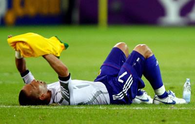 試合後にピッチに倒れ込み、決して動こうとしなかった中田英寿。交換したブラジル代表のユニホームで涙を隠した