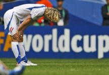イタリアに2―0で敗れ、ピッチ上でうつむくチェコのネドベド。この試合、再三シュートを放ったが、得点にはつながらなかった