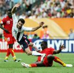 オルセン(中央、アメリカ)はタチエメンサ(右、ガーナ)から激しく攻められ転倒する