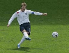 イングランドの1点目、O・GにつながったFKをけるベッカム