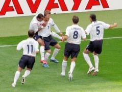 前半4分、ベッカムのFKから先制ゴールが決まり、喜び合うイングランドの選手たち