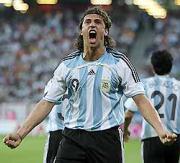 先制のゴールを決め喜ぶアルゼンチンのクレスポ