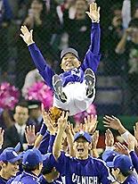 プロ野球のアジアシリーズで優勝し胴上げされる落合監督