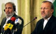 イランのモッタキ外相(右)、核問題をめぐる包括見返り案に対案を提示する可能性があると発言
