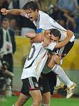 後半、決勝ゴールを決めたヌビル(左)と抱き合って喜ぶバラック(上)とクローゼ(ドルトムント