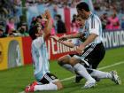 ゴールを決めて喜ぶアルゼンチンのサビオラ(左)クレスポ、ロドリゲス