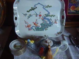 九谷の柄の大皿と鳥のティーポット