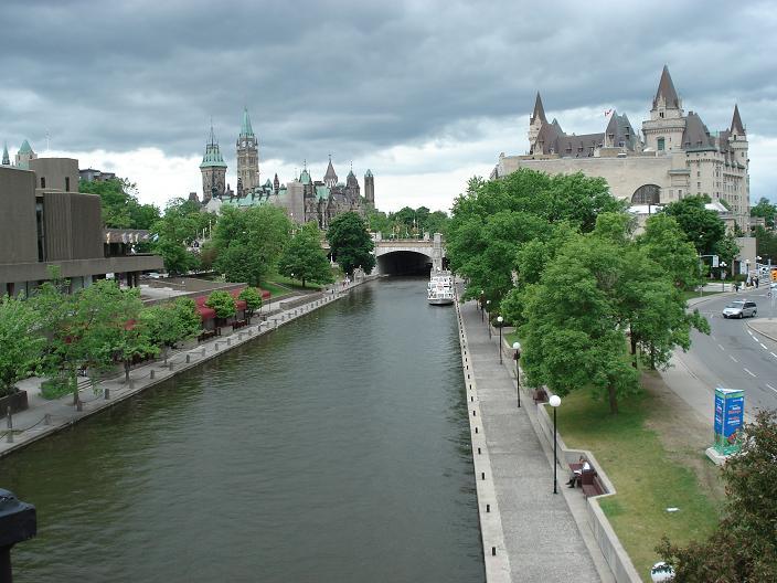 リドー運河 ↑リドー運河。 人口の運河です。この運河の歴史は、英米戦争以前に遡るら...  おい