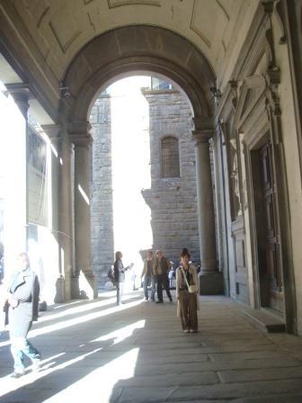 ウフィッツィ美術館入り口前通路A.JPG