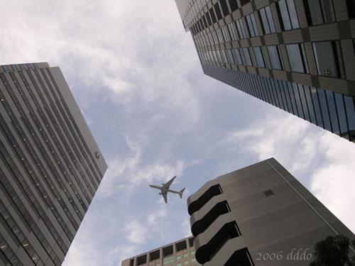 Airplane/ビルの谷間の飛行機(Wide-angle photo/広角写真)