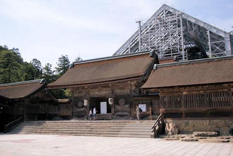 修造中の本殿
