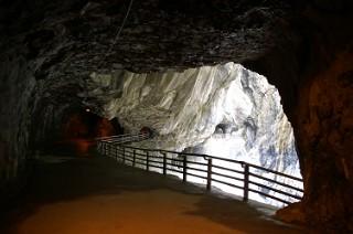 九曲洞の遊歩道のトンネル