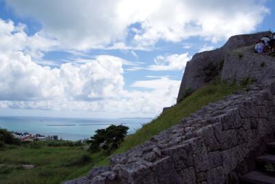 石段から海を眺める
