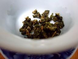 蓋碗に入った金萱茶葉