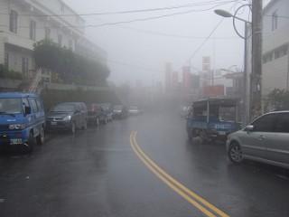 霧の梨山の街