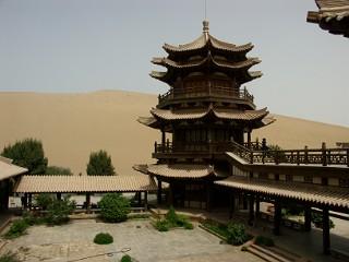 月牙泉の楼閣と砂漠