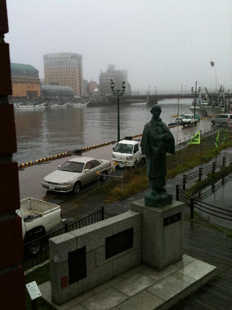 釧路港と啄木像