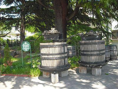 サドヤ醸造場入り口付近のワイン作るマシン的なもの