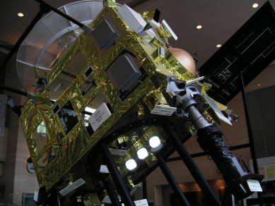 これが小惑星探査機、はやぶさ。