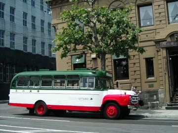 北の「ウォール街」を走るボンネットバス