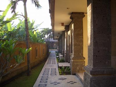 一階プールへの通路.jpg