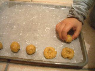 ジャムクッキーの生地に穴をあけているところ