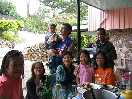 大家族と一緒に記念写真