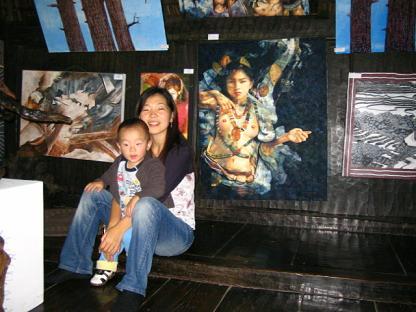 たくさんの絵画が展示されています