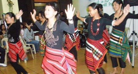 先生たちによるフィリピン伝統ダンス