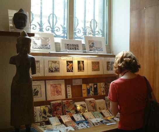 東洋美術の至宝が並ぶギメ美術館のショップ