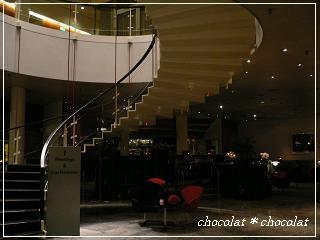 Radisson SAS Royal Copenhagen*美しい階段とスワンチェア.JPG