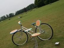 中札内美術村*座ってみたい北の創作椅子_春は自転車に乗って.JPG