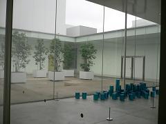 金沢21世紀美術館*光庭とブルーの円柱たち?.JPG