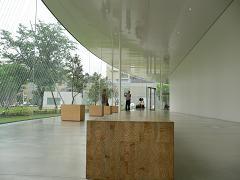 金沢21世紀美術館*ホワイエの木製のながーいチェア.JPG